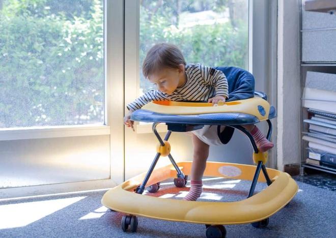 Vụ bé 6 tháng chấn thương đầu ở Phú Thọ: Canada cấm, Mỹ khuyên không dùng xe tròn tập đi - Ảnh 1.