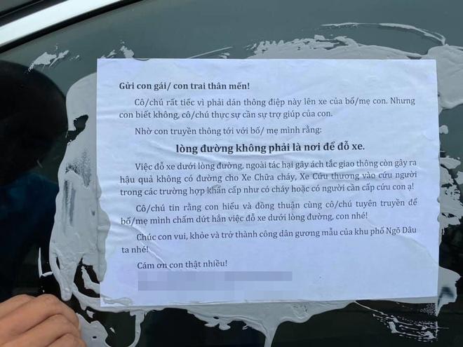 Nhiều ô tô bị bôi keo, dán giấy cảnh cáo vì đỗ thiếu ý thức: Xe đã bị khóa bánh, nhưng khóa ở đâu thì còn lâu mới nói - Ảnh 1.