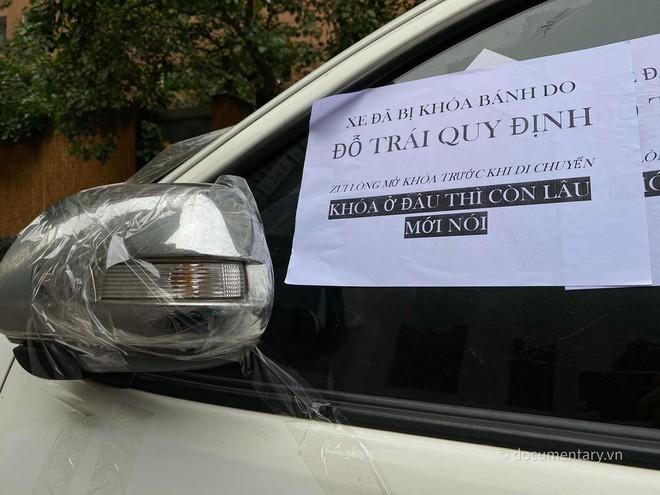 Nhiều ô tô bị bôi keo, dán giấy cảnh cáo vì đỗ thiếu ý thức: Xe đã bị khóa bánh, nhưng khóa ở đâu thì còn lâu mới nói - Ảnh 5.