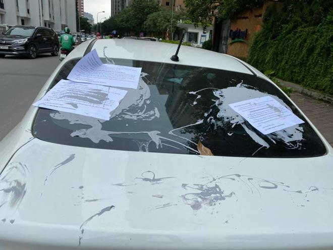 Nhiều ô tô bị bôi keo, dán giấy cảnh cáo vì đỗ thiếu ý thức: Xe đã bị khóa bánh, nhưng khóa ở đâu thì còn lâu mới nói - Ảnh 3.