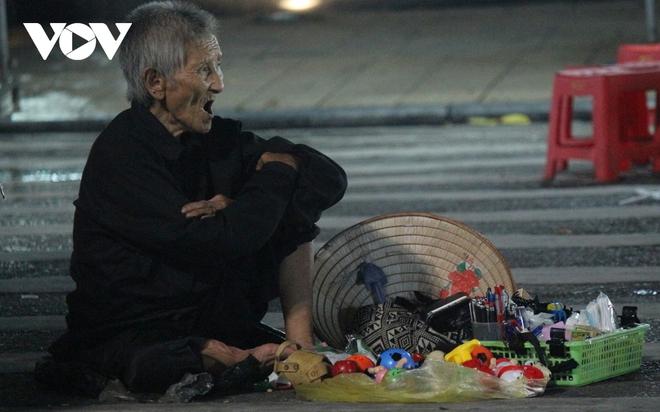 Hình ảnh: Mưu sinh trong đêm của những lao động tự do ở Hà Nội - Ảnh 2.