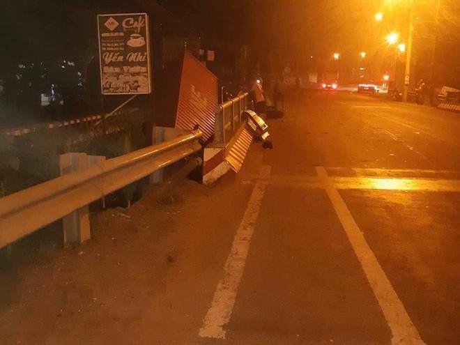 Xe container lao xuống cầu ở  Long Thành, tài xế thoát chết - Ảnh 1.