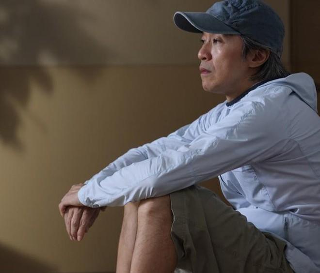 Sau ồn ào nợ nần Châu Tinh Trì một mình ra sân bay không có trợ lý hay người thân đi cùng - Ảnh 2.