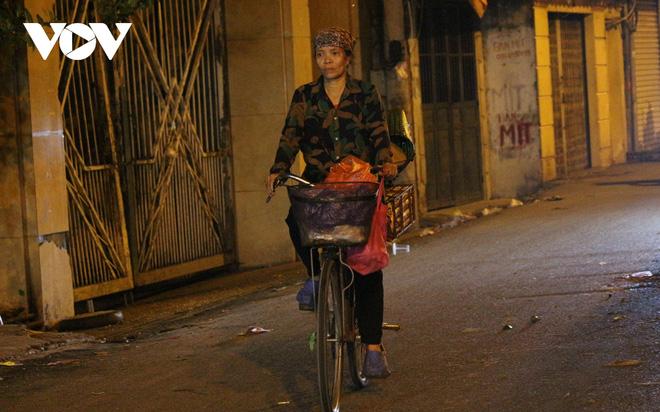 Hình ảnh: Mưu sinh trong đêm của những lao động tự do ở Hà Nội - Ảnh 11.