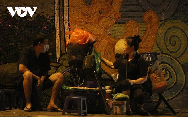 Hình ảnh: Mưu sinh trong đêm của những lao động tự do ở Hà Nội - Ảnh 6.