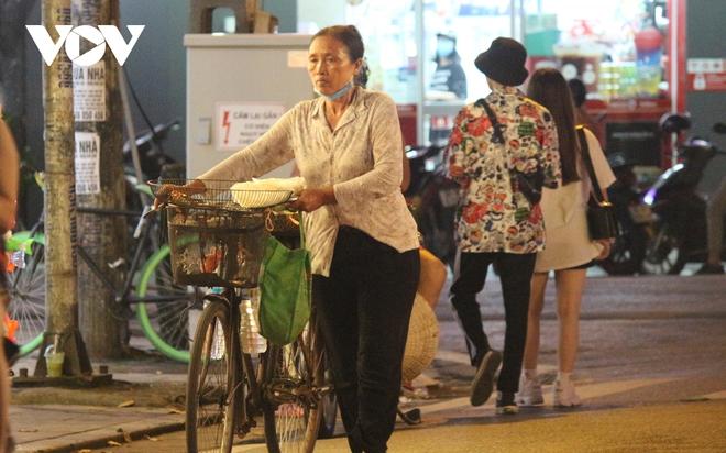 Hình ảnh: Mưu sinh trong đêm của những lao động tự do ở Hà Nội - Ảnh 7.