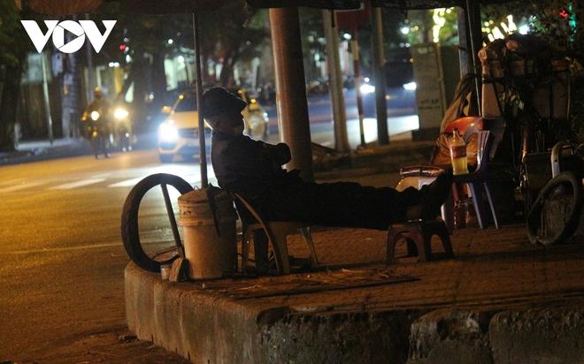 Hình ảnh: Mưu sinh trong đêm của những lao động tự do ở Hà Nội - Ảnh 9.
