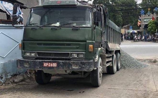 Tạm giữ 2 xe ben chở đá biển đỏ vi phạm giao thông, tài xế còn chống đối CSGT ở Đồng Nai