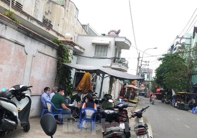 TPHCM: Phong tỏa, cách ly ngôi nhà người phụ nữ nhập cảnh chui ở Q.Tân Phú - Ảnh 3.