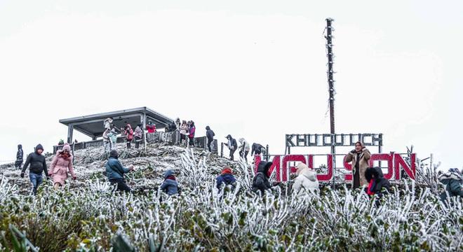 Hàng ngàn du khách bất chấp rét buốt lên đỉnh Mẫu Sơn ngắm băng tuyết - Ảnh 1.