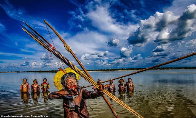 Ảnh độc đáo về các bộ lạc Vệ thần rừng Amazon - Ảnh 2.