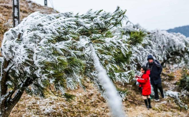 Hàng ngàn du khách bất chấp rét buốt lên đỉnh Mẫu Sơn ngắm băng tuyết - Ảnh 12.