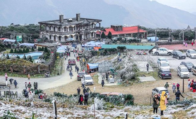 Hàng ngàn du khách bất chấp rét buốt lên đỉnh Mẫu Sơn ngắm băng tuyết - Ảnh 5.