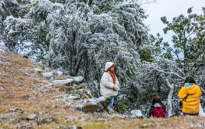 Hàng ngàn du khách bất chấp rét buốt lên đỉnh Mẫu Sơn ngắm băng tuyết - Ảnh 10.