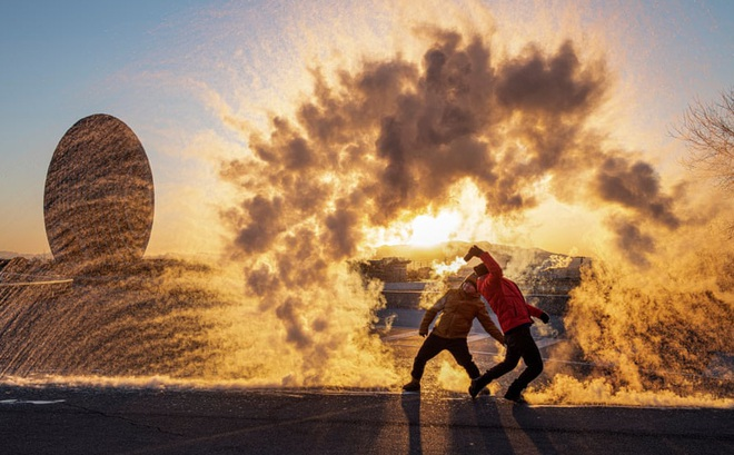 7 ngày qua ảnh: Nước đóng băng ngay khi tung lên trên không