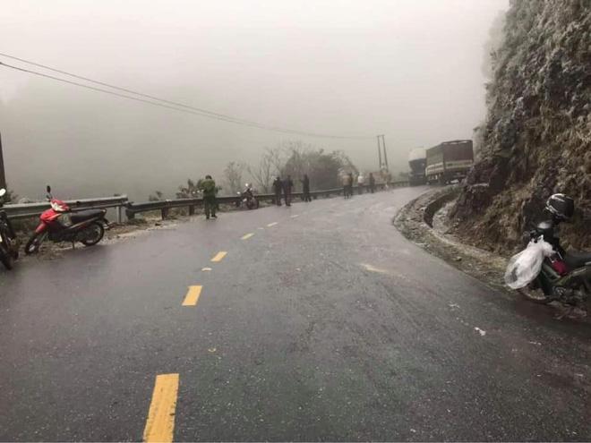 Nhiều phương tiện gặp nạn trên đèo Ô Qúy Hồ - Sa Pa do mặt đường đóng băng - Ảnh 1.