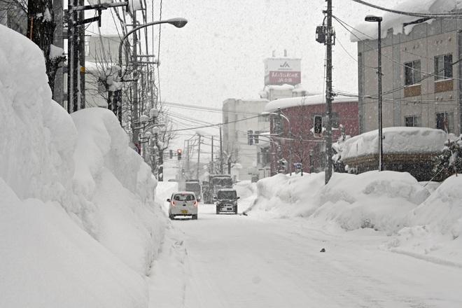Hơn 1.200 phương tiện mắc kẹt do tuyết rơi dày đặc ở Nhật Bản - Ảnh 1.