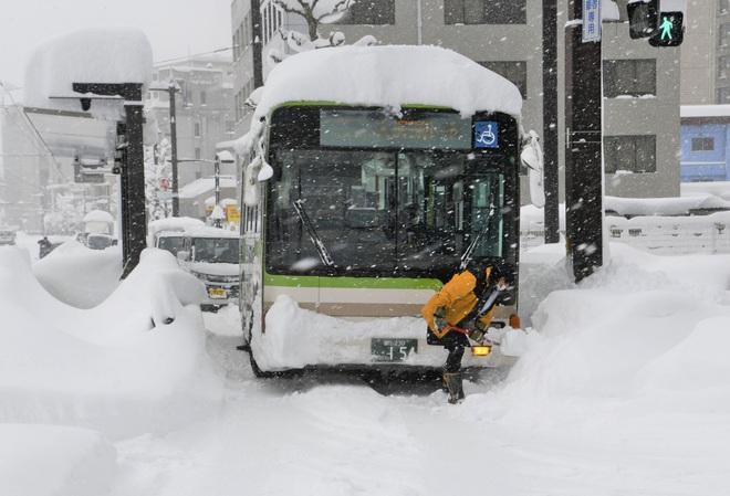 Hơn 1.200 phương tiện mắc kẹt do tuyết rơi dày đặc ở Nhật Bản - Ảnh 4.
