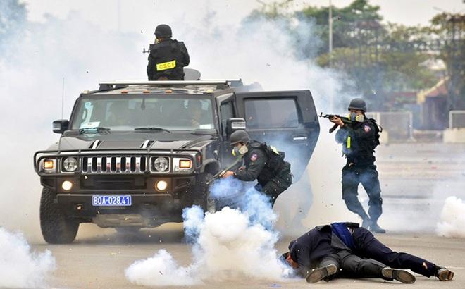 Siêu xe bọc thép đặc chủng hỏa lực cực mạnh của Công an Việt Nam: Khủng bố khiếp sợ