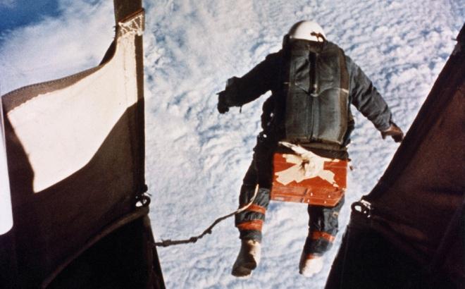 Đại tá không quân Mỹ nhảy dù từ ngoài không gian nhưng chiếc găng tay bảo hộ bị rách - Chuyện gì đã xảy ra?