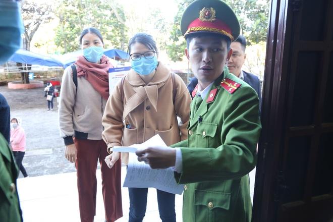 Đại gia xăng dầu Trịnh Sướng lấy tay che mặt trước ống kính của phóng viên tại tòa - Ảnh 2.
