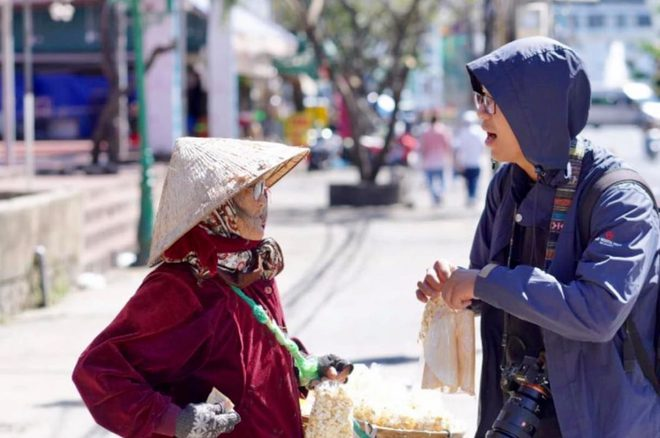 Gặp bà cụ 94 tuổi bán bỏng ngô dạo khắp Đà Lạt: Mỗi bức ảnh là câu chuyện khiến người ta cảm động  - Ảnh 3.