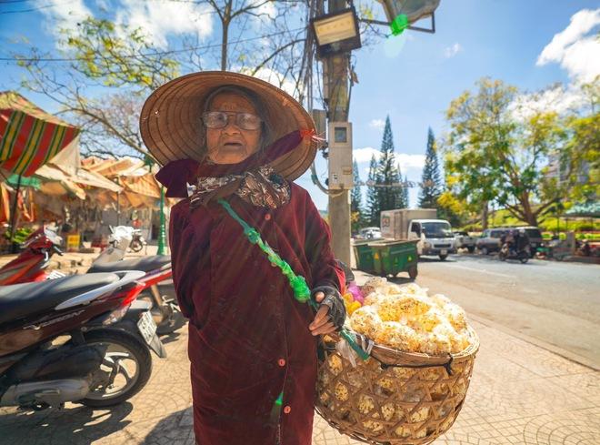 Gặp bà cụ 94 tuổi bán bỏng ngô dạo khắp Đà Lạt: Mỗi bức ảnh là câu chuyện khiến người ta cảm động  - Ảnh 8.