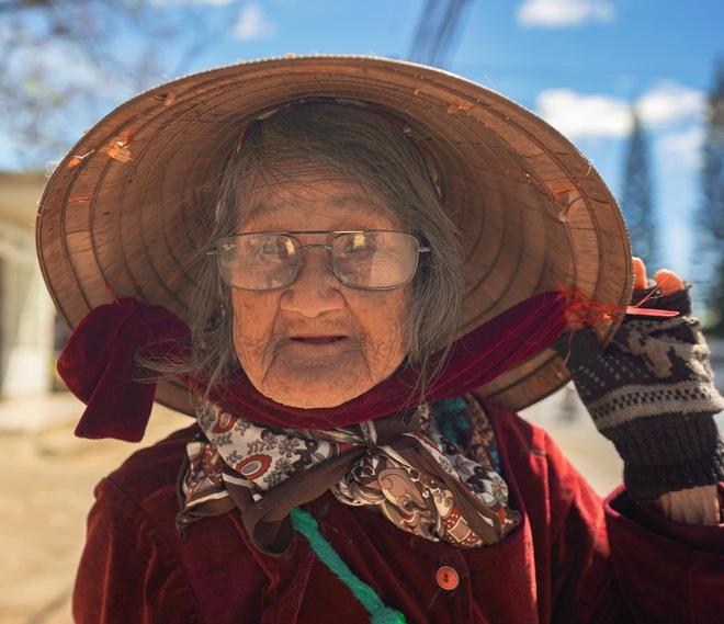 Gặp bà cụ 94 tuổi bán bỏng ngô dạo khắp Đà Lạt: Mỗi bức ảnh là câu chuyện khiến người ta cảm động  - Ảnh 1.