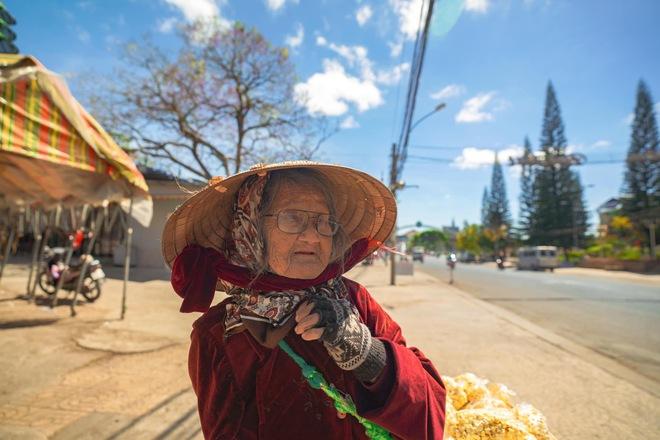 Gặp bà cụ 94 tuổi bán bỏng ngô dạo khắp Đà Lạt: Mỗi bức ảnh là câu chuyện khiến người ta cảm động  - Ảnh 7.