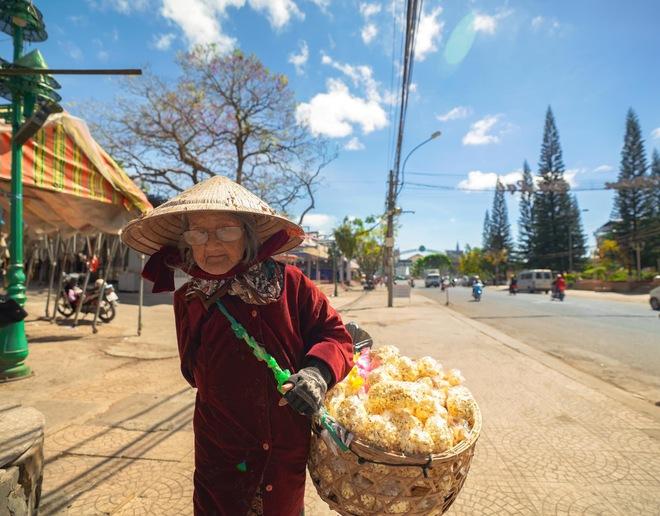 Gặp bà cụ 94 tuổi bán bỏng ngô dạo khắp Đà Lạt: Mỗi bức ảnh là câu chuyện khiến người ta cảm động  - Ảnh 5.