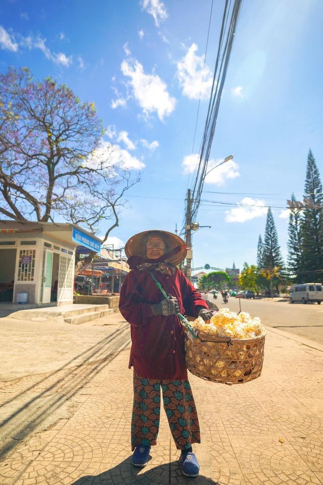 Gặp bà cụ 94 tuổi bán bỏng ngô dạo khắp Đà Lạt: Mỗi bức ảnh là câu chuyện khiến người ta cảm động  - Ảnh 6.