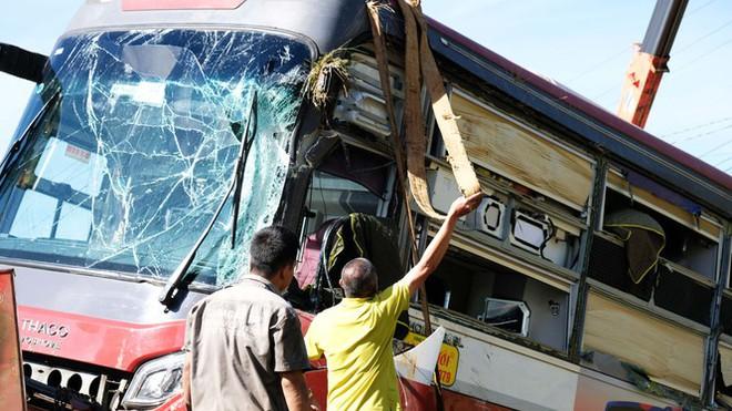 Xe giường nằm bị lật trên cao tốc, hàng chục hành khách hoảng loạn - Ảnh 1.