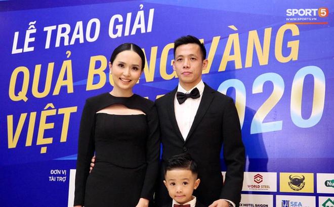 Vợ Văn Quyết xinh đẹp nổi bật cùng chồng dự lễ trao giải Quả bóng vàng 2020