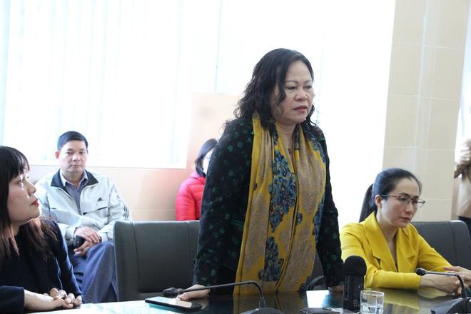 Thứ trưởng Bộ Giáo dục thăm hỏi, hỗ trợ gia đình bé trai bị cha chém nguy kịch - Ảnh 1.