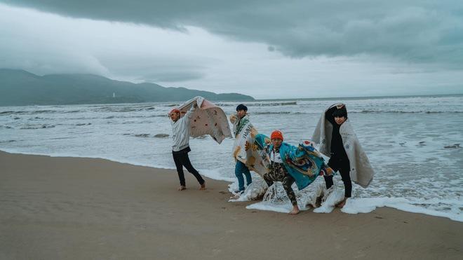 Không tin lời cảnh báo về thời tiết ở Đà Nẵng, nhóm bạn Sài thành phải quấn chăn chụp ảnh giữa cái rét tê tái - Ảnh 7.