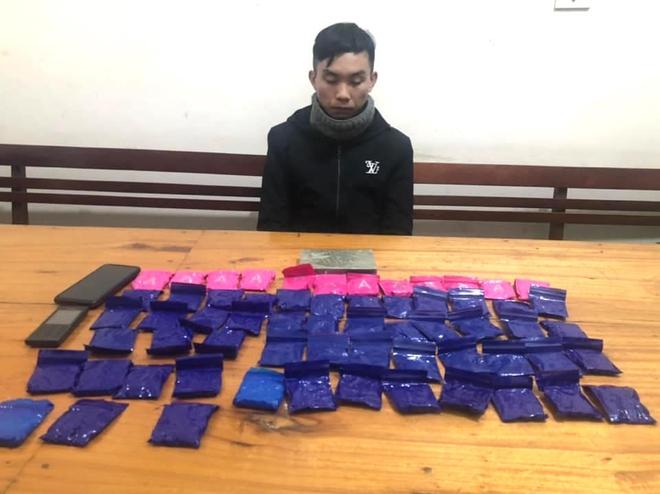 Giấu heroin và hơn 12.000 viên ma túy dưới yên xe máy đi bán thì bị bắt trong đêm - Ảnh 1.