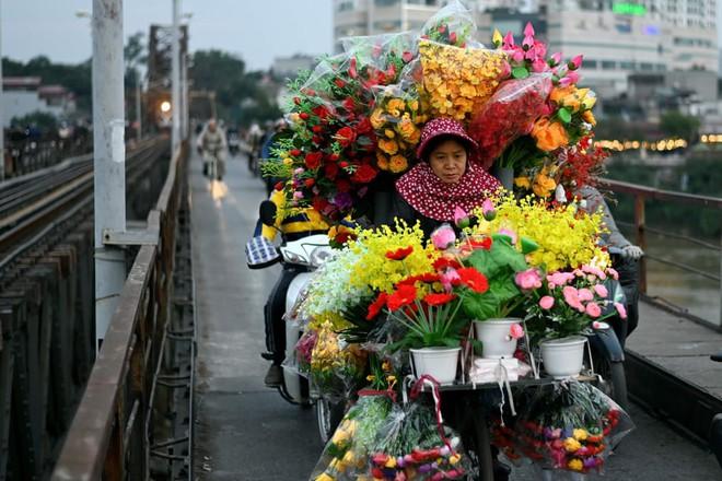 24h qua ảnh: Người bán hoa giả đạp xe trên cầu Long Biên - Ảnh 6.