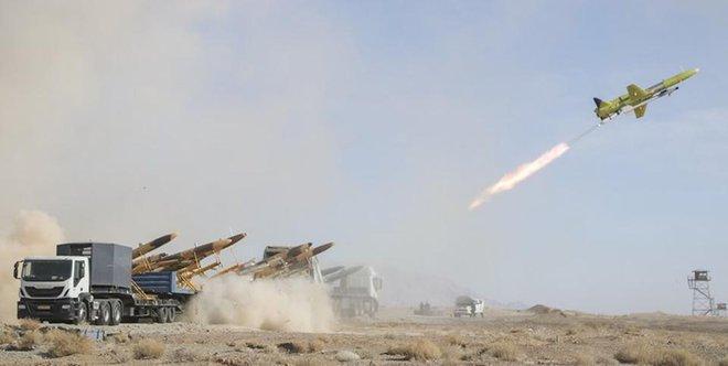 UAV Iran phóng tên lửa không đối không: Nhằm thẳng quân thù mà bắn! - Ảnh 1.