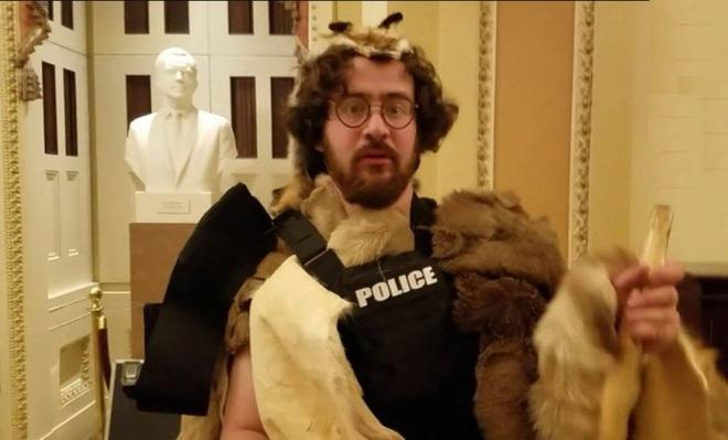 Con trai Thẩm phán Tòa tối cao New York mặc đồ lông thú bị tố làm loạn tại quốc hội Mỹ - Ảnh 1.