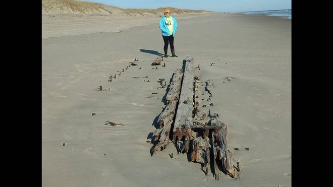 Xác tàu đắm bí ẩn nổi lên trên cát ở bãi biển Carolina - Ảnh 2.