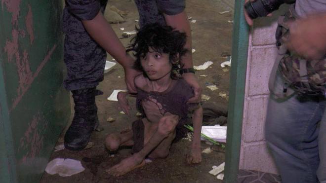 Ập vào nhà của người nhập cư bất hợp pháp, cảnh sát phát hiện đứa trẻ bị mẹ bỏ rơi 2 năm trời, ăn đất và chất thải để cầm cự - Ảnh 1.