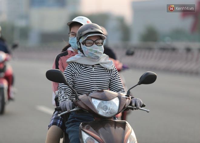 Ảnh: Nhiệt độ giảm còn 19 độ C, người Sài Gòn mặc áo ấm và quàng khăn nhưng vẫn co ro vì lạnh - Ảnh 14.