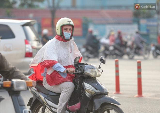 Ảnh: Nhiệt độ giảm còn 19 độ C, người Sài Gòn mặc áo ấm và quàng khăn nhưng vẫn co ro vì lạnh - Ảnh 15.