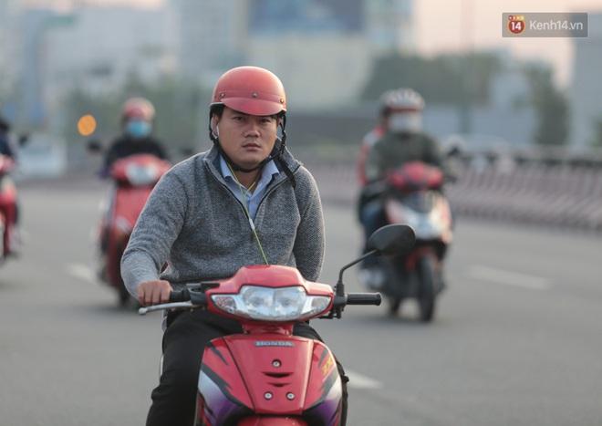 Ảnh: Nhiệt độ giảm còn 19 độ C, người Sài Gòn mặc áo ấm và quàng khăn nhưng vẫn co ro vì lạnh - Ảnh 6.