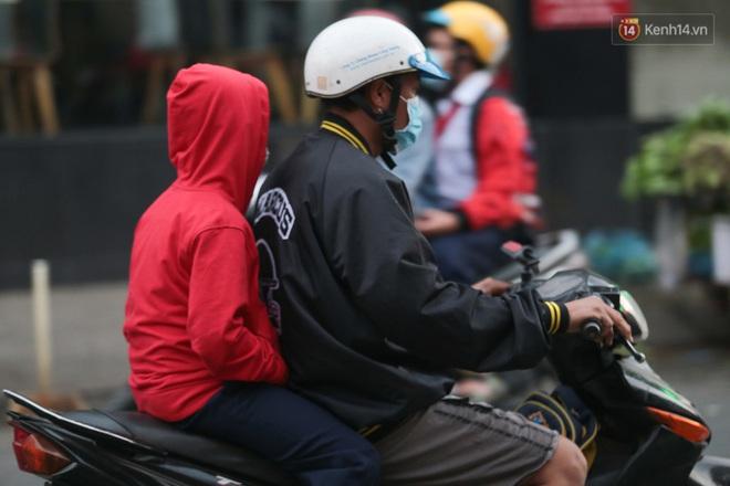 Ảnh: Nhiệt độ giảm còn 19 độ C, người Sài Gòn mặc áo ấm và quàng khăn nhưng vẫn co ro vì lạnh - Ảnh 8.