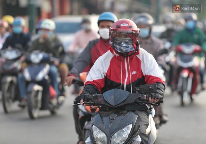 Ảnh: Nhiệt độ giảm còn 19 độ C, người Sài Gòn mặc áo ấm và quàng khăn nhưng vẫn co ro vì lạnh - Ảnh 13.