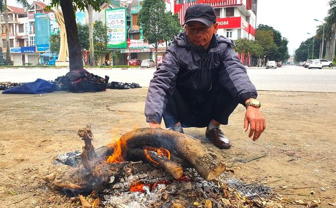"""Rét """"cắt da cắt thịt"""", người dân vơ củi nhóm lửa sưởi ấm mưu sinh ở TP Vinh"""