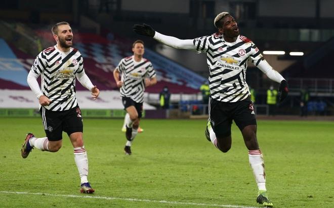 Pogba lập công lớn, Man United chính thức vượt mặt Liverpool, dẫn đầu Premier League