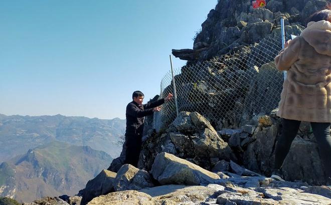 """Rào lưới sắt quanh """"mỏm đá tử thần"""" ở Hà Giang sau khi du khách trượt chân ngã xuống khe đá"""