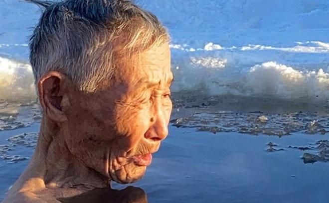 Cụ ông vô tư ngâm mình dưới làn nước đóng băng và những chuyện không tưởng chỉ có ở nơi lạnh giá nhiệt độ xuống thấp đến -45 độ C